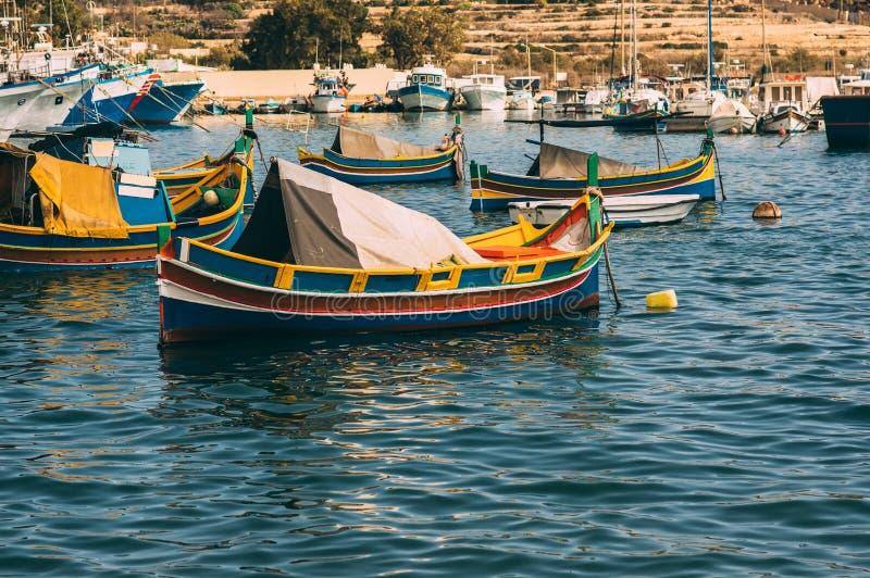 Barche maltesi classiche, vista da abbaiare di Marsaxlokk immagine stock