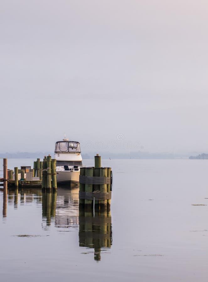 Barche messe in bacino lungo il fiume Potomac nel corso della mattinata nebbiosa fotografie stock