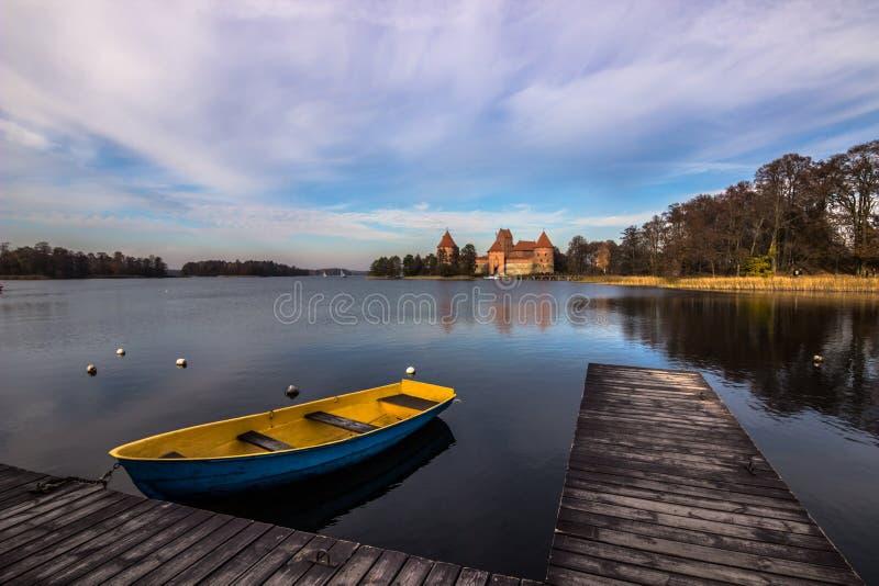 Barche messe in bacino nel porto di Trakai, Lituania fotografia stock libera da diritti