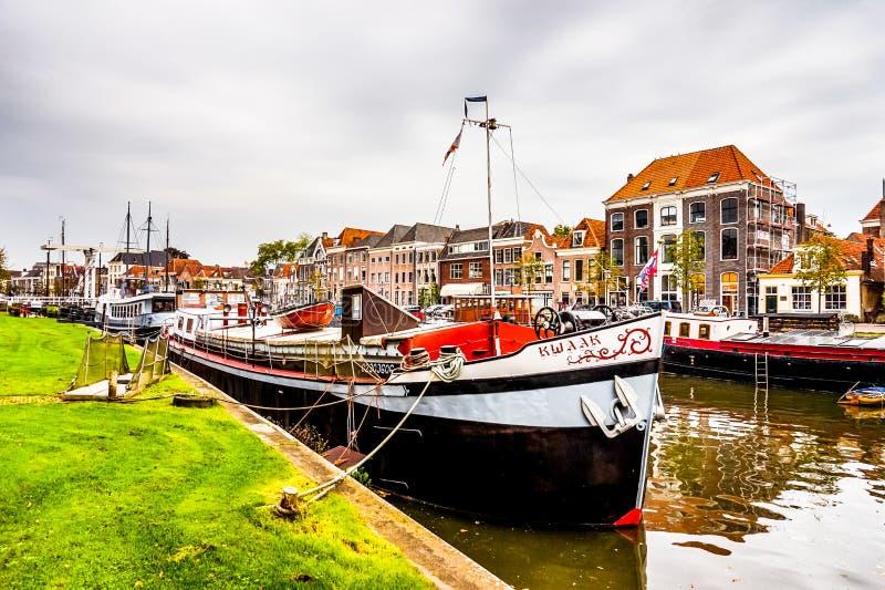 Barche nel canale che circonda il centro urbano di Zwolle in Overijssel, Paesi Bassi fotografie stock libere da diritti