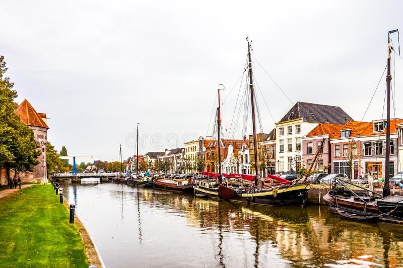 Barche nel canale che circonda il centro urbano di Zwolle in Overijssel, Paesi Bassi immagine stock libera da diritti