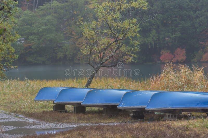 Barche nel lago Yunoko in autunno fotografie stock