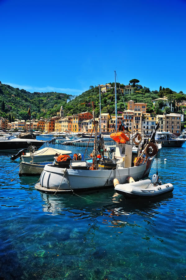 Barche nel porto del villaggio sulla costa ligura, Italia di Portofino immagini stock libere da diritti