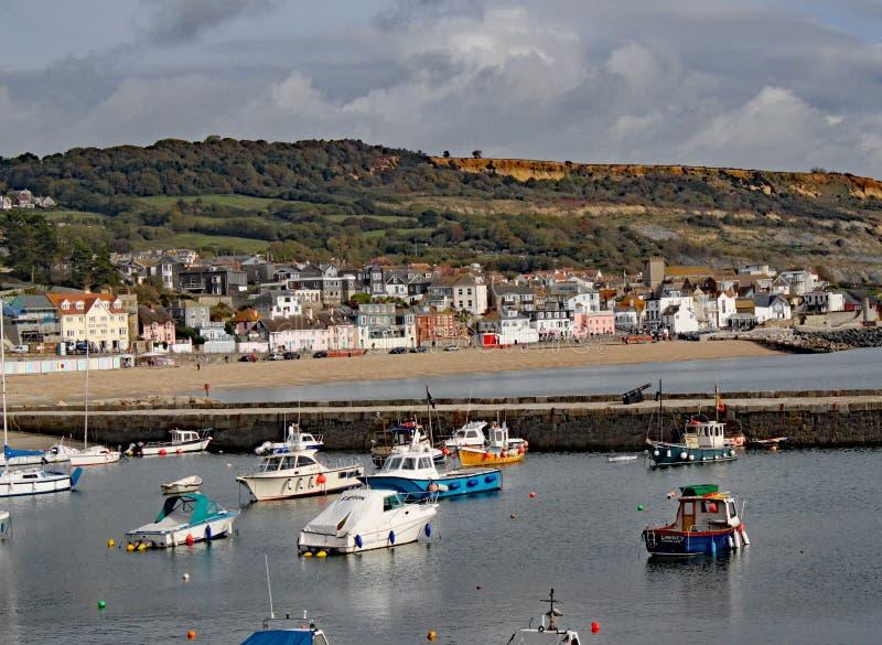 Barche nel porto a Lyme Regis in Dorset, Inghilterra fotografia stock libera da diritti