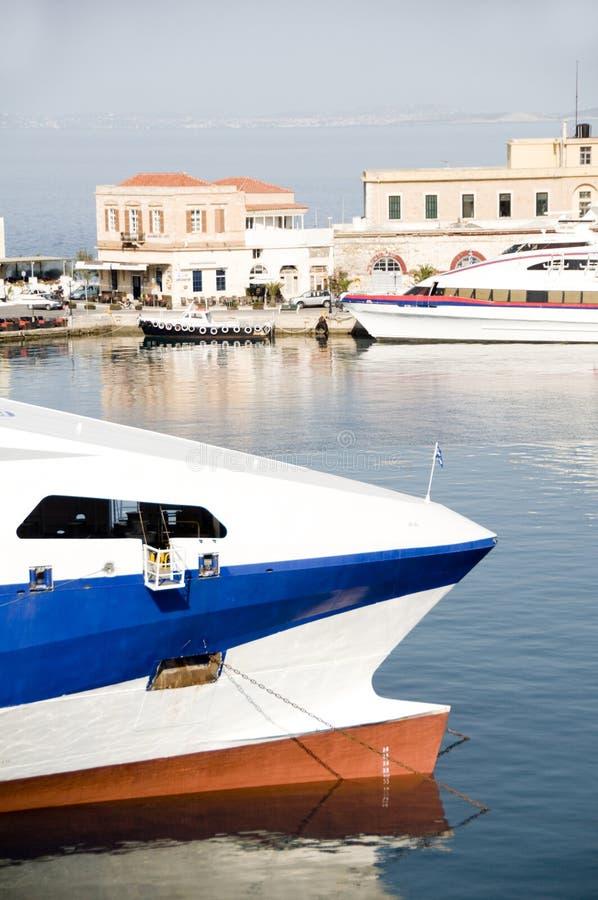 Barche nel porto Syros Grecia di Hermoupolis fotografia stock libera da diritti