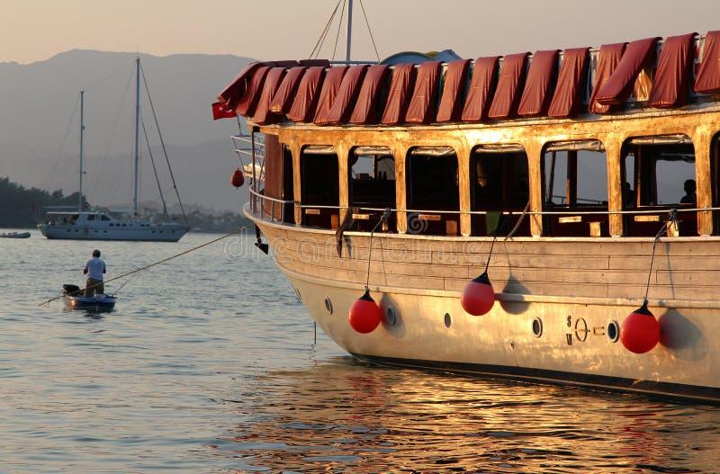 Barche nella baia di Fethiye al tramonto, Turchia fotografia stock