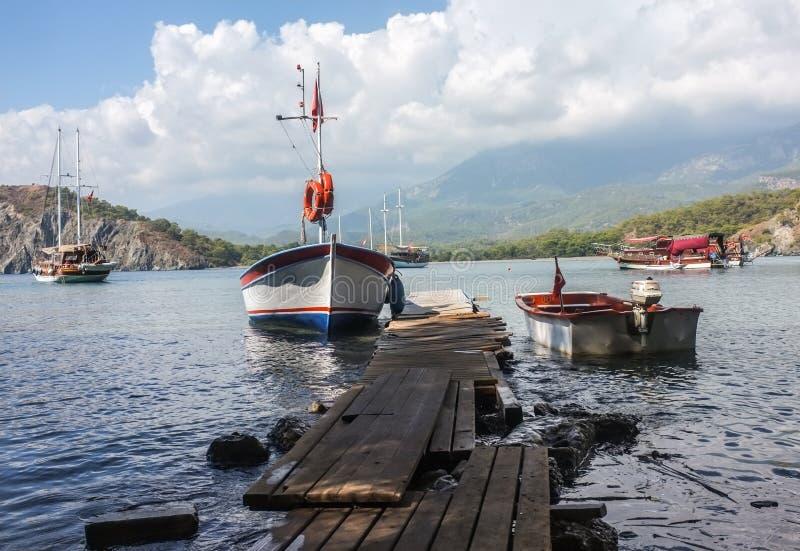 Barche nella baia di Phaselis, Antalya, Turchia fotografia stock libera da diritti