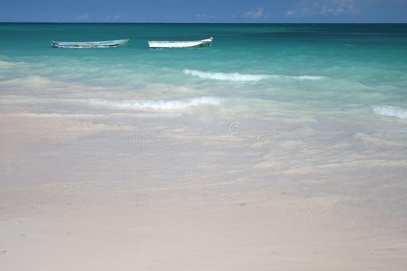 Barche in oceano verde, spiaggia bianca della sabbia
