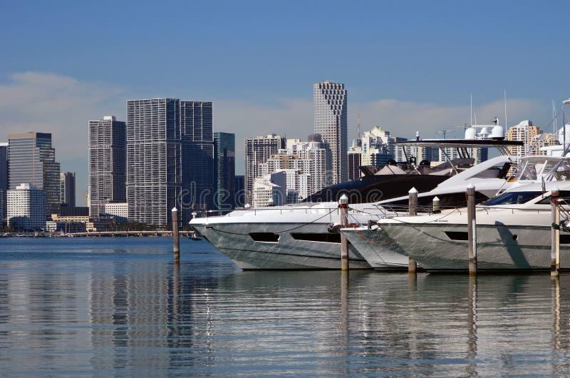 Barche ricreative di lusso attraccate ad un porticciolo di Key Biscayne fotografia stock libera da diritti