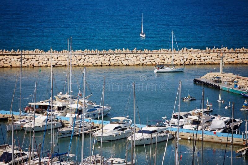 Barche riflesse nell'acqua Porticciolo di Herzliya l'israele fotografie stock