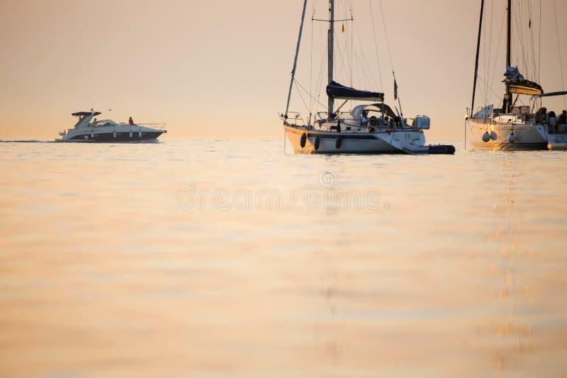 Barche sanchored in mare adriatico fotografia stock libera da diritti