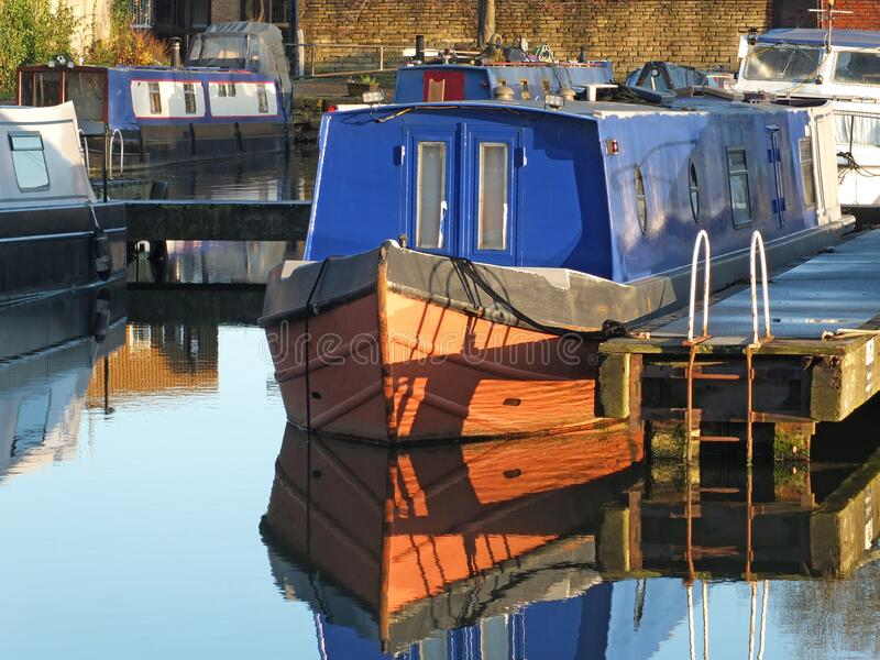 Barche strette convertite in case galleggianti al porto di brighouse nel bacino di brighouse, West yorkshire fotografia stock