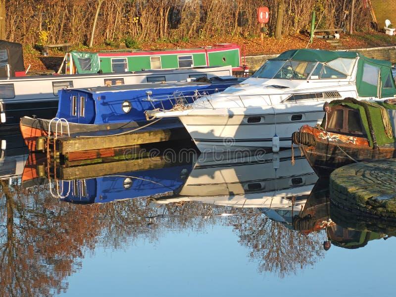 Barche strette convertite in case galleggianti al porto di brighouse nel bacino di brighouse, West yorkshire immagine stock