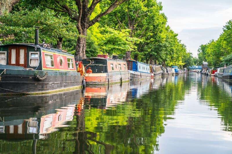 Barche strette ed attività del canale lungo il ` s Regent Canal di Londra immagini stock