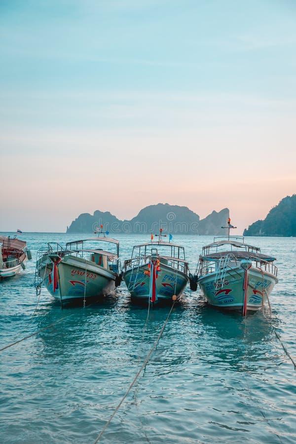 Barche su Phi Phi Islands, Tailandia immagini stock libere da diritti