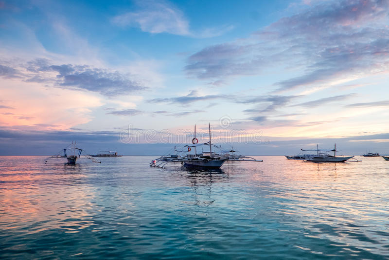 Barche su una spiaggia tropicale ad alba fotografia stock libera da diritti