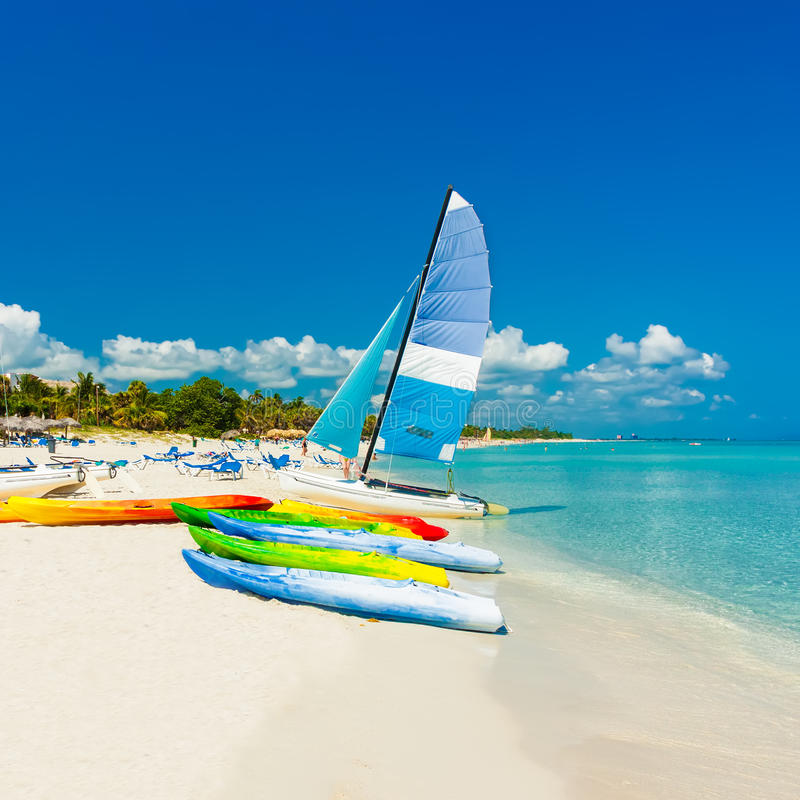 Barche su una spiaggia tropicale in Cuba fotografia stock