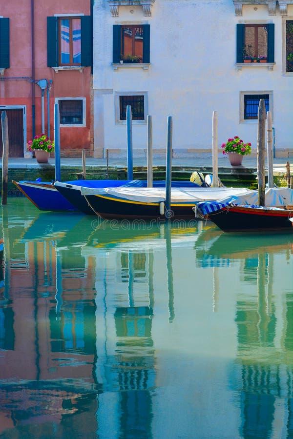 Barche sul canale di Venezia - l'Italia immagine stock