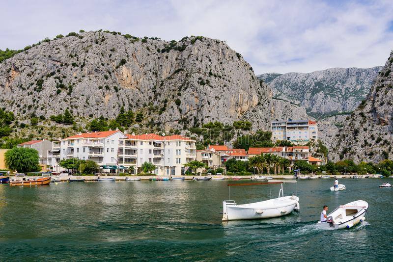 Barche sul fiume di Cetina nella città di Omish fotografie stock