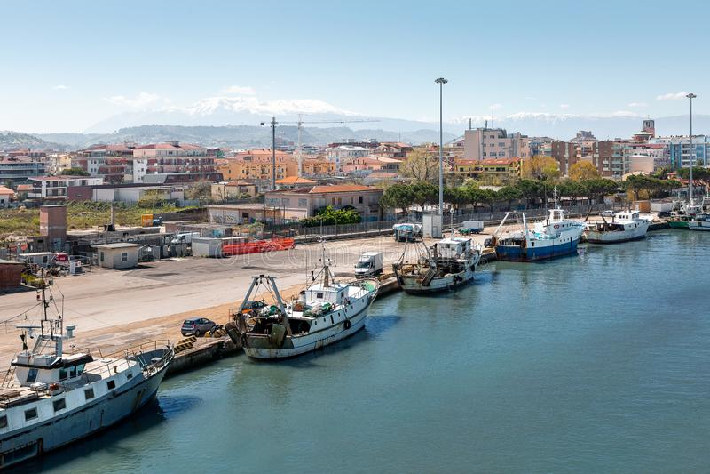 Barche sul fiume di Pescara immagini stock libere da diritti