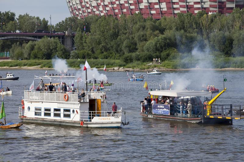 Barche sul fiume la Vistola a Varsavia durante la celebrazione del settantacinquesimo anniversario della rivolta di Varsavia immagini stock