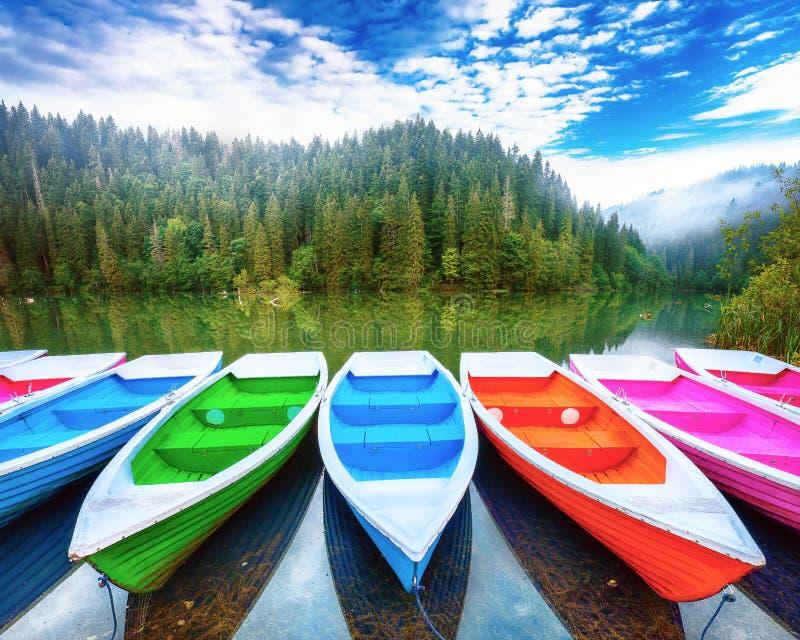 Barche sul lago maestoso Lacul Rosu della montagna o sul lago rosso o sul lago killer immagini stock libere da diritti