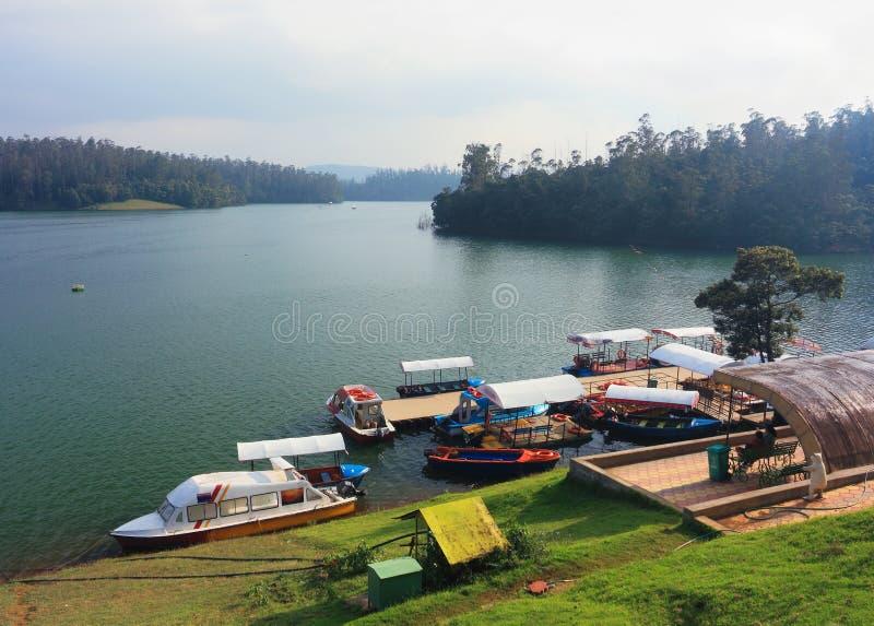 Barche sul lago Pykara, India immagine stock
