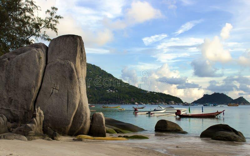 Barche sul mare in Koh Tao Thailand Spiaggia asiatica con le scogliere fotografia stock libera da diritti
