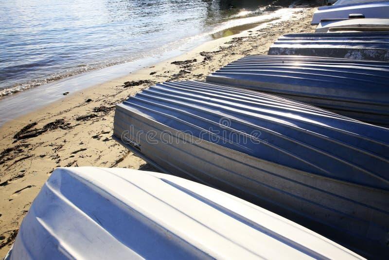 Barche sulla spiaggia immagine stock