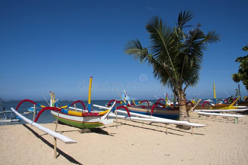 Barche sulla spiaggia di Sanur, Bali immagine stock