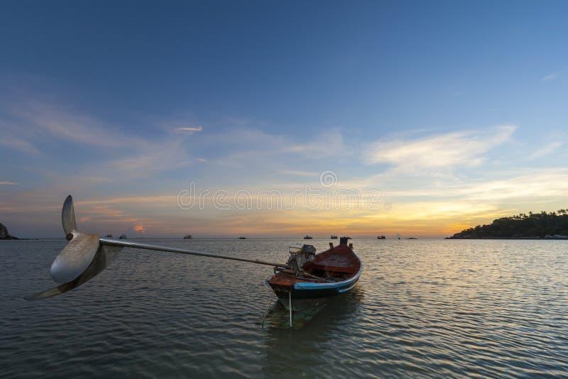 Barche tailandesi tradizionali alla spiaggia di tramonto Kho Tao fotografie stock libere da diritti