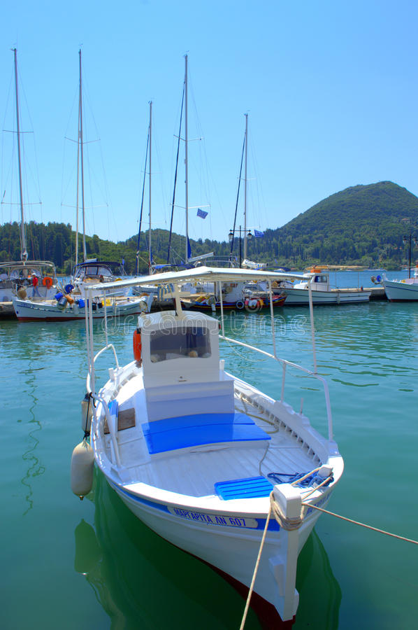 Barche tradizionali al pilastro dell'isola di Leucade fotografie stock libere da diritti