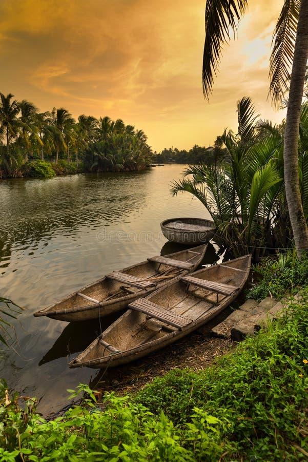 Barche tradizionali del Vietnam, città di Hoi An, Vietnam immagini stock