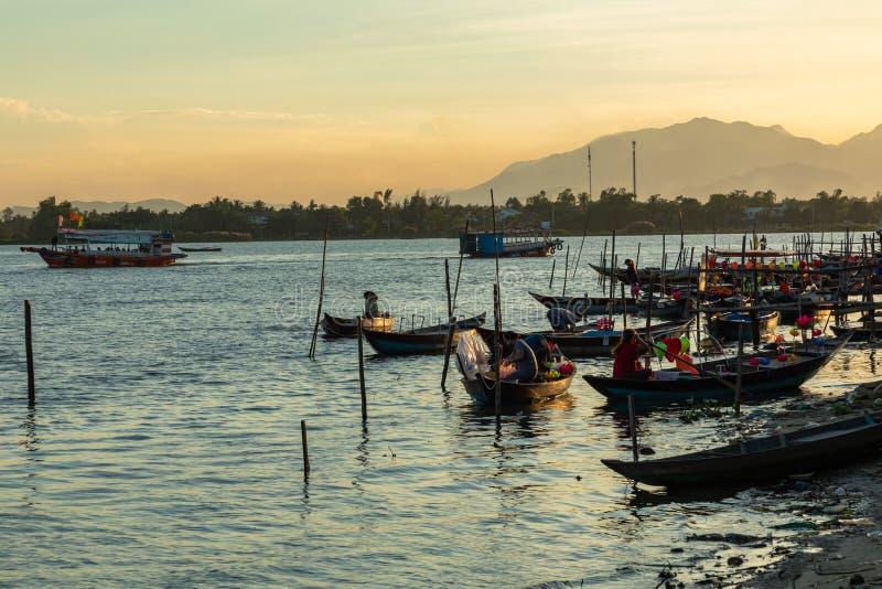 Barche tradizionali in Hoi An, Vietnam Tempo di tramonto Hoi An è il sito dell'eredità culturale del mondo, famoso per le colture immagini stock