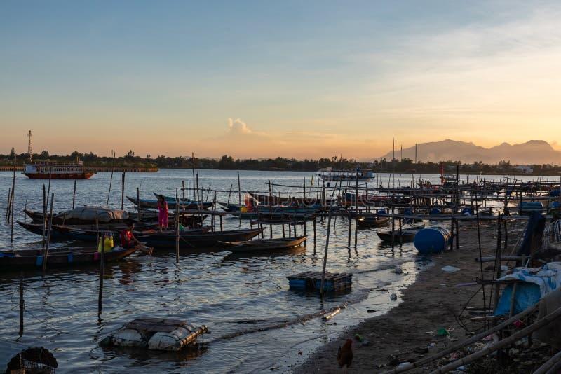 Barche tradizionali in Hoi An, Vietnam Tempo di tramonto Hoi An è il sito dell'eredità culturale del mondo, famoso per le colture immagine stock