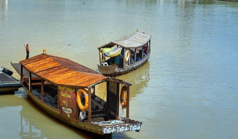 Barche tradizionali sul fiume di Sarawak nella città di Kuching fotografia stock