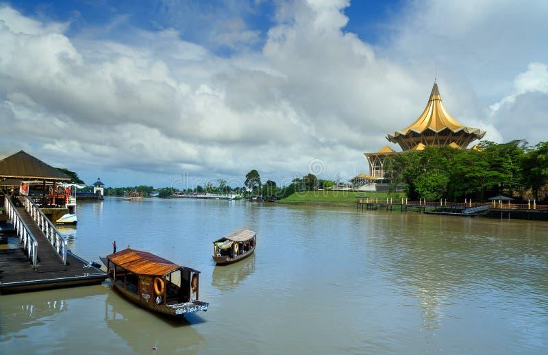 Barche tradizionali sul fiume di Sarawak nella città di Kuching immagine stock