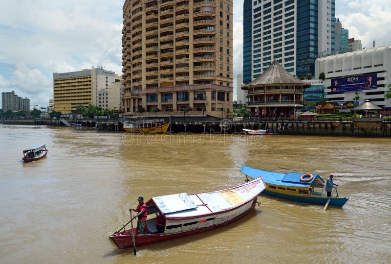 Barche tradizionali sul fiume di Sarawak nella città di Kuching fotografia stock libera da diritti