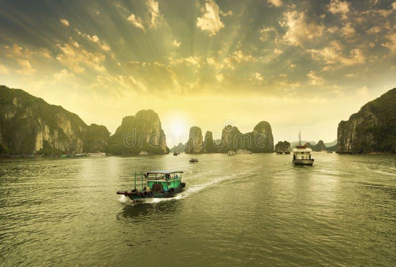 Barche, tramonto alla baia di lunghezza dell'ha fotografia stock libera da diritti