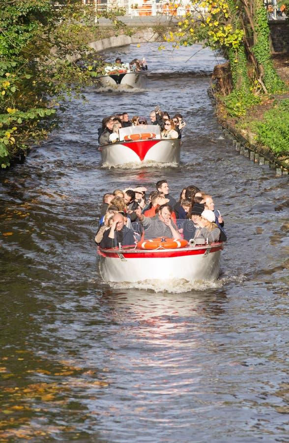 Barche turistiche a Bruges, Belgio fotografie stock libere da diritti