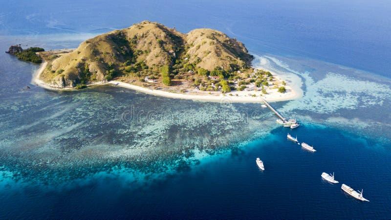 Barche turistiche che lasciano l'isola di Kanawa immagine stock libera da diritti
