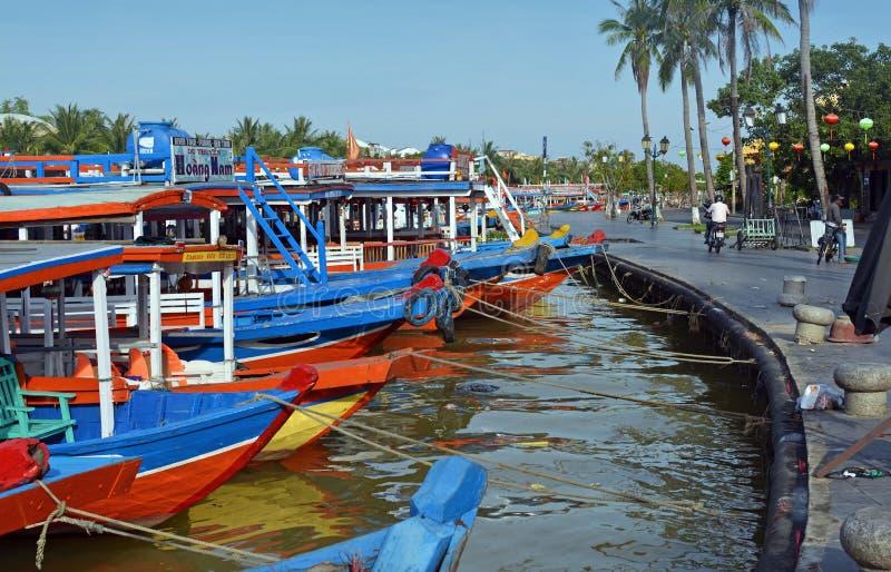 Barche turistiche Colourful su Hoi An River, Vietnam fotografia stock libera da diritti