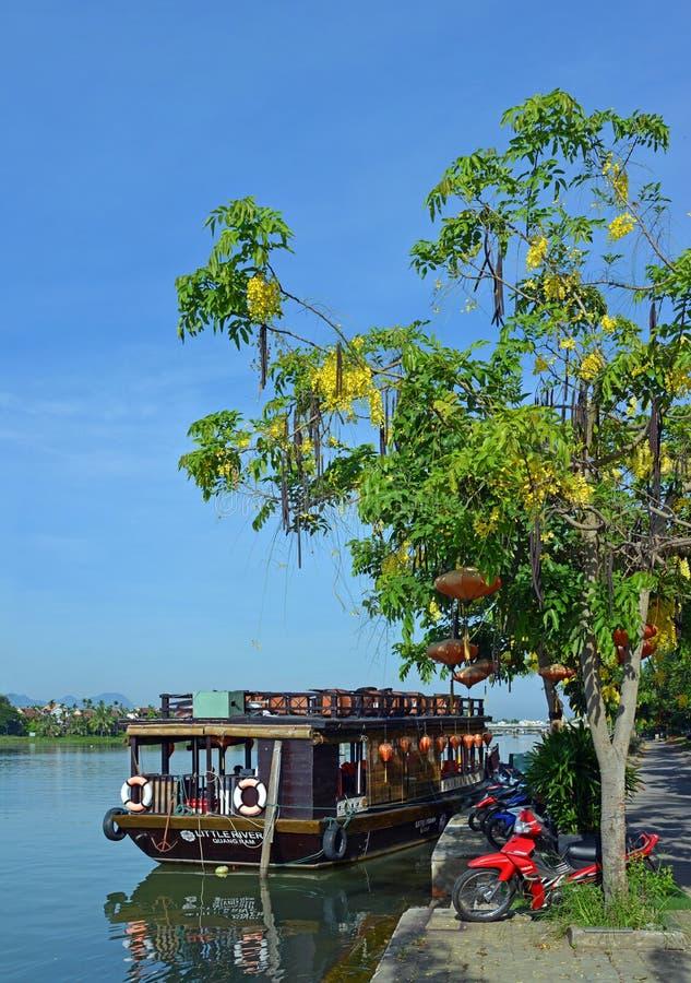 Barche turistiche Colourful su Hoi An River, Vietnam immagini stock