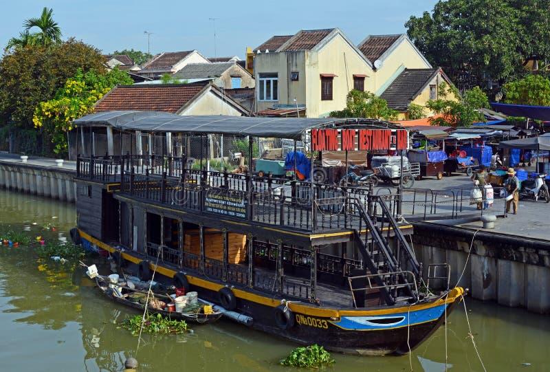 Barche turistiche Colourful su Hoi An River, Vietnam immagine stock libera da diritti