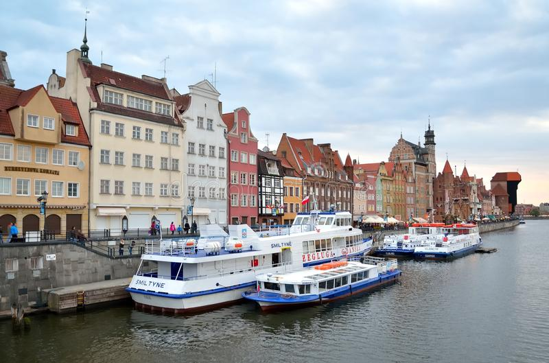 Barche turistiche e case storiche colourful immagini stock