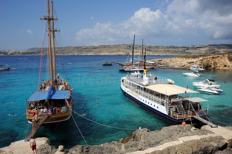 Barche turistiche, isola di Comino, Malta. immagini stock libere da diritti