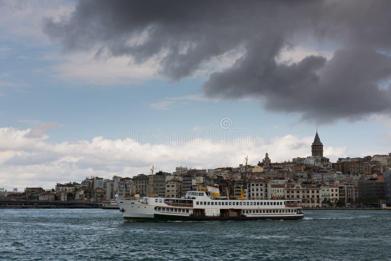 Barche turistiche nella baia dorata di Horn di Costantinopoli e della vista sulla torre di Galata fotografie stock libere da diritti