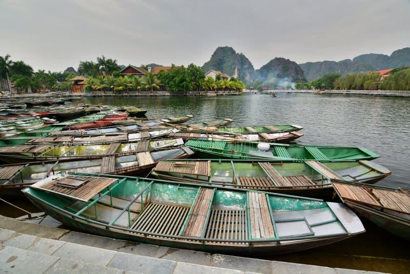 Barche turistiche sul fiume di Ngo Dong Tam Coc Ninh Binh vietnam fotografia stock libera da diritti