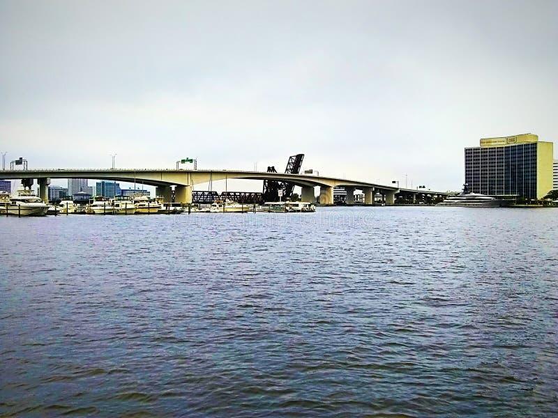 Barche, un yacht e un ponte immagine stock libera da diritti