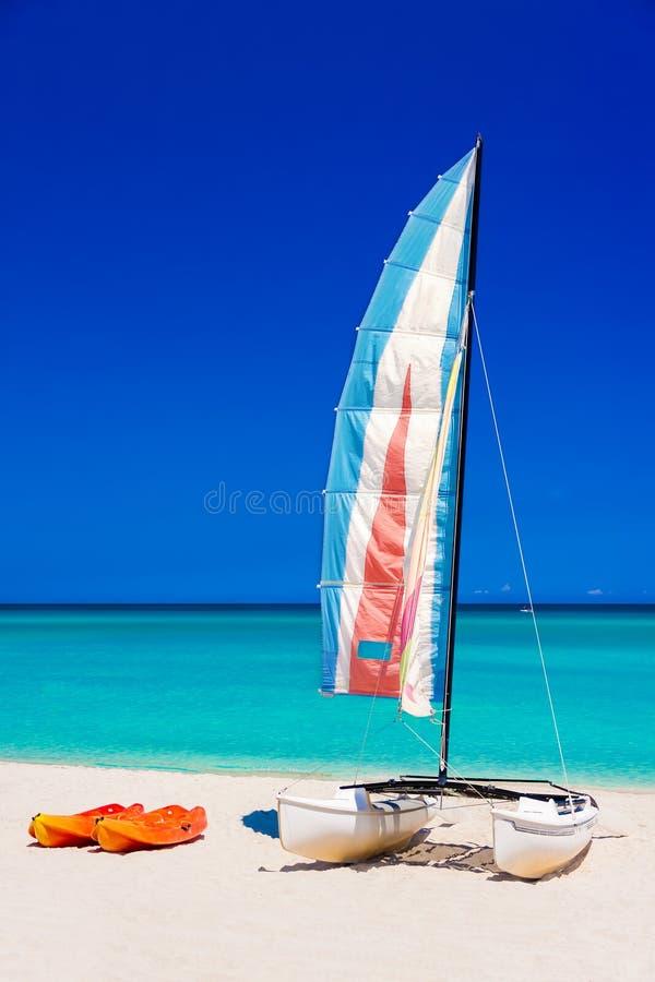 Barche variopinte su una spiaggia cubana fotografia stock libera da diritti